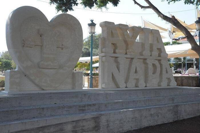 πέτρινο γλυπτό ''I Love Ayia Napa''